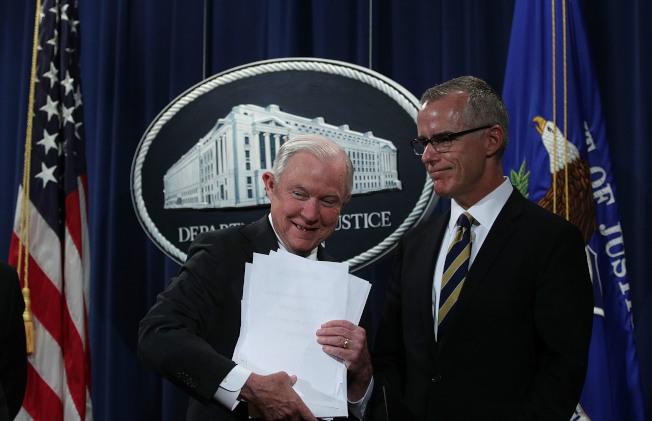 退休前26小時,聯邦調查局副局長麥凱博(右)被司法部長塞辛斯(左)開除。去年7月,塞辛斯和時任代理聯調局長的麥凱博間的和諧畫面早已不復見。(Getty Images)