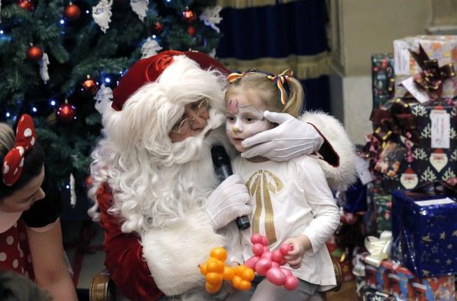 現實生活裡的聖誕老人,往往就是家中長輩。(歐新社)