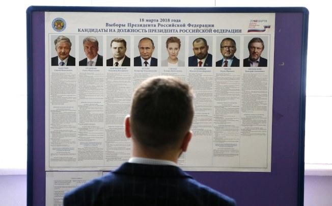 圖為民眾觀看選舉公報。(歐新社)