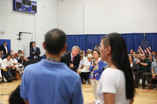 陳倩雯與市長白思豪共同舉辦里民會,傾聽民聲。(洪群超/攝影)