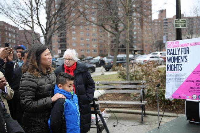 孟昭文帶著孩子參加示威遊行集會。(洪群超/攝影)