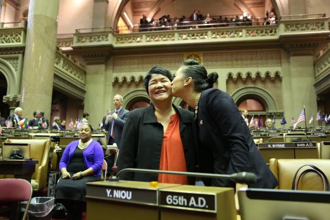 牛毓琳宣誓就職後,親吻一路陪伴的母親。(洪群超/攝影)