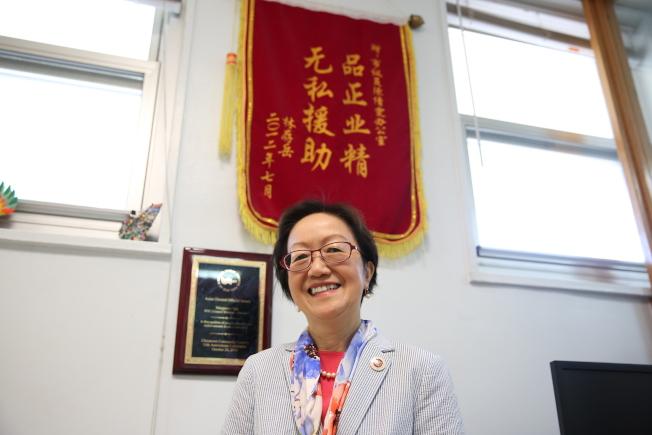 陳倩雯在其選區辦公室內,牆上掛著受她幫助的華人送來的錦旗。(洪群超/攝影)