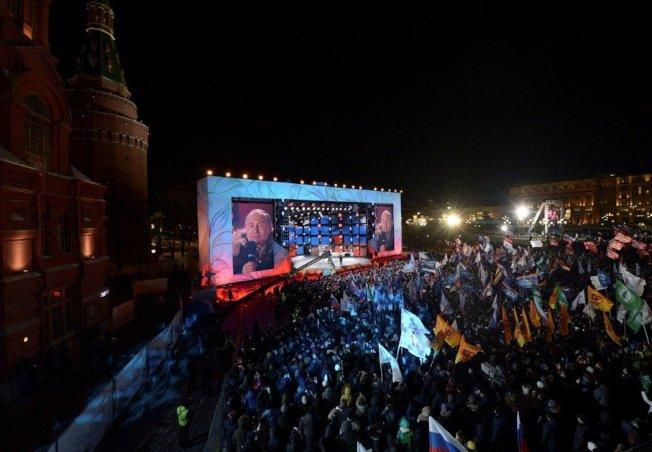 俄國總統普亭18日在莫斯科馬涅茲尼亞廣場,慶祝俄國兼併克里米亞四周年的露天音樂會上發表演說。路透
