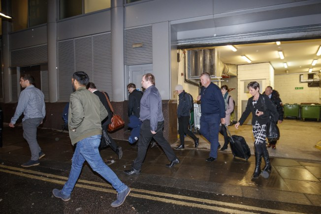英國資訊委員會辦公室 執法人員24日清晨進入劍橋分析的倫敦辦公室搜查後,帶走大批資料。(歐新社)