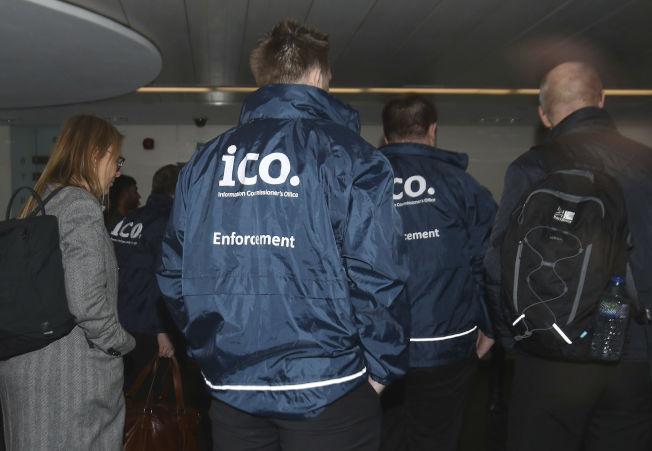 英國資訊委員會辦公室 執法人員24日清晨進入劍橋分析的倫敦辦公室搜查後,帶走大批資料。 (美聯社)