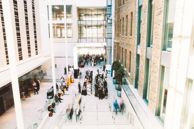 美國移民政策收緊,H-1B的審核更加嚴格,中國許多留學生申請不到H-1B,轉往移民政策相對寬鬆的加拿大。圖位於多倫多大學附近的「MaRS」科技創新中心。(本報資料照片)