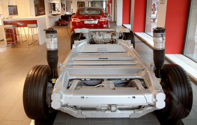 特斯拉Model S可能有動力方向盤失靈之虞,已主動召回12.3萬輛回廠檢修。(路透)