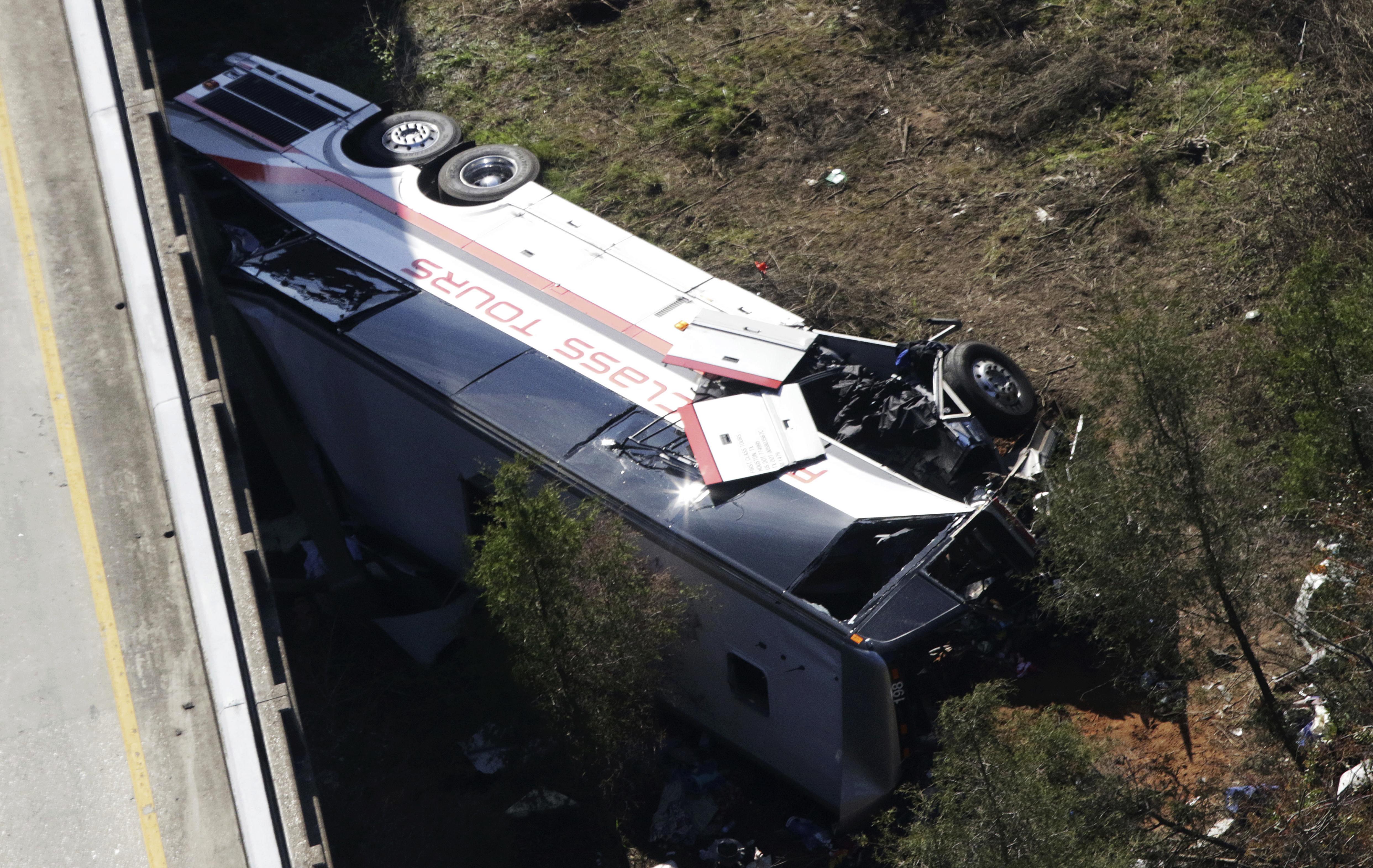 美東時間13日上午,一輛載著45位高中生的巴士在結束佛州迪士尼的行程、返回德州休士頓的途中,意外墜入阿拉巴馬州的峽谷,司機已不幸喪生。(美聯社)