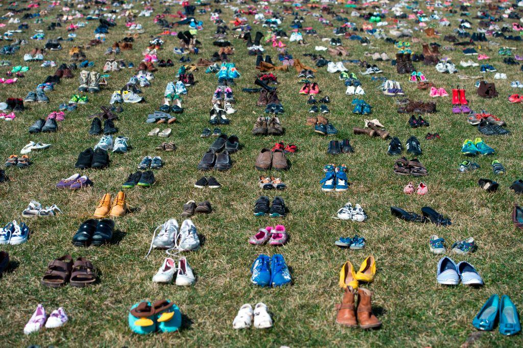 國會草皮上擺放著鞋子。這是個控槍訴求的活動,發起單位用鞋子取代標語,這些數量是5年多來死於槍下的兒童總數。Getty Images