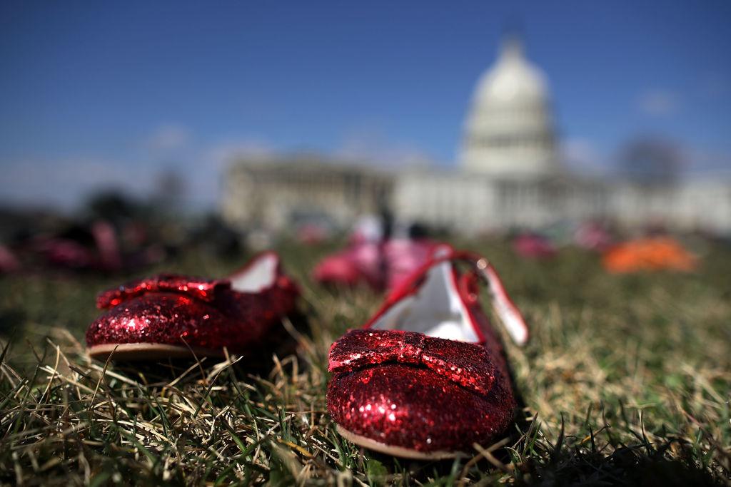 活動現場不乏童鞋,因槍案而亡的孩子再也無法穿著鞋快樂生活。Getty Images