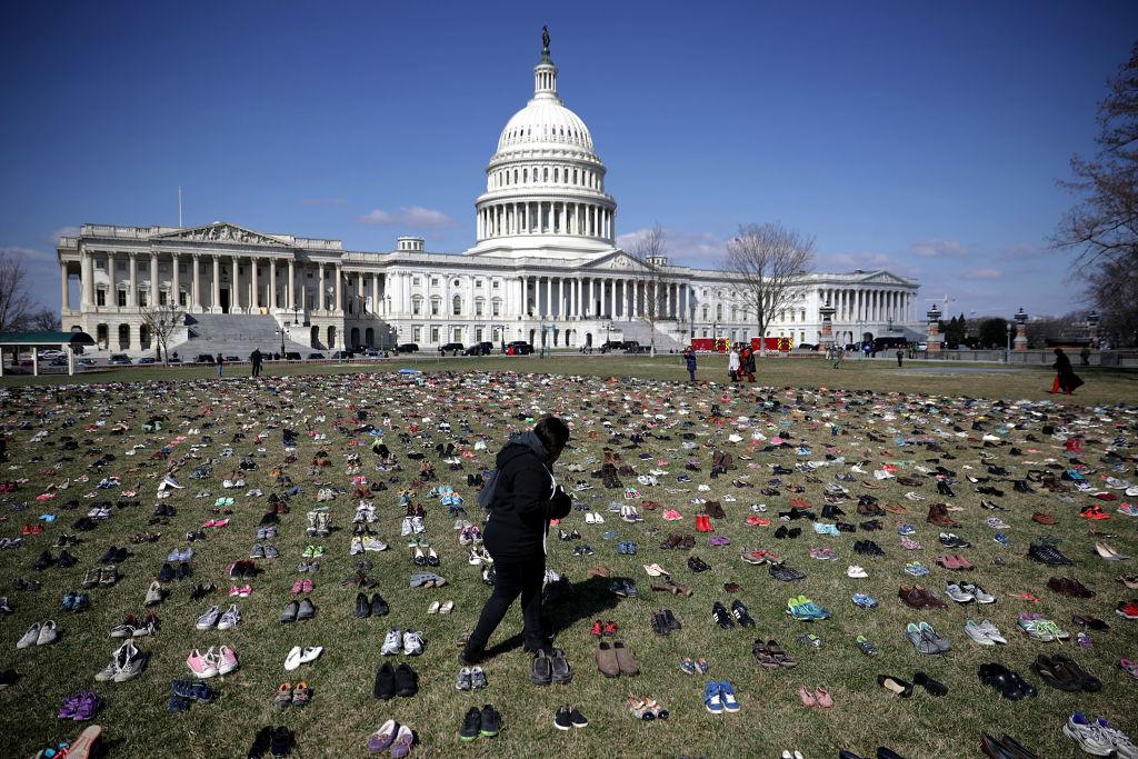 原本一片乾淨的國會草皮上,今天擺滿了鞋子。Getty Images