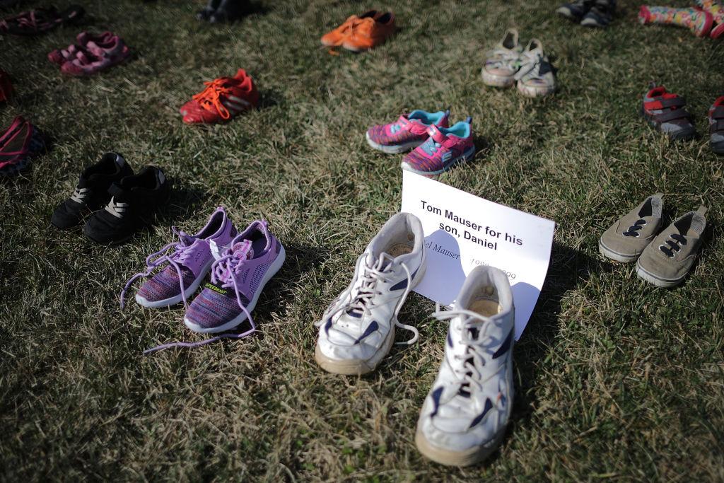 國會草皮上一雙鞋子附有擺放者與兒子的名字。(Getty Images)
