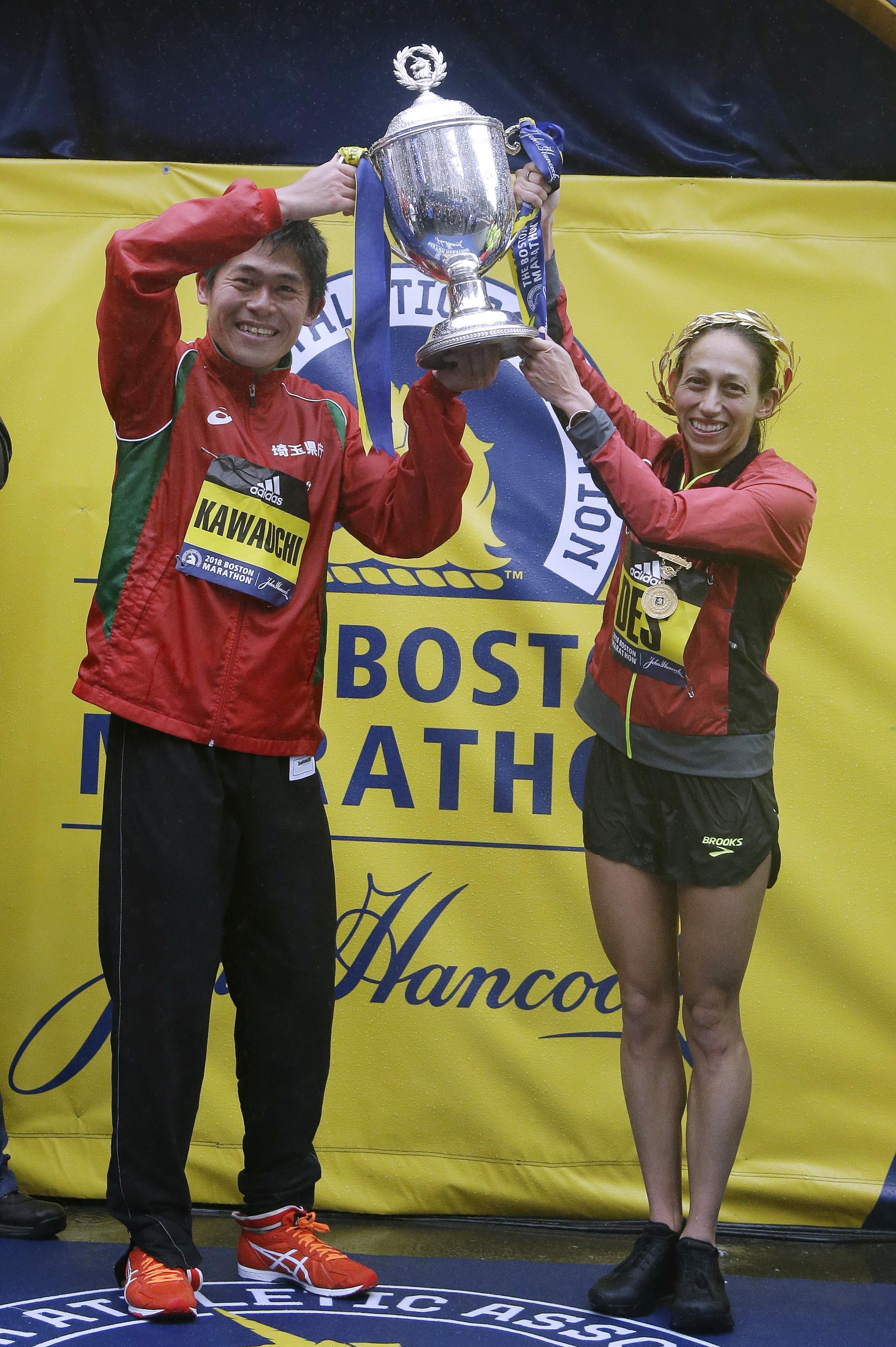 日本選手Yuki Kawauchi (左)及來自密西根州(右)的狄西莉•林登分獲男女精英組冠軍。前者是日本自1987年至今首次摘冠,後者則是1985年後美國首位奪冠女子選手。(美聯社)