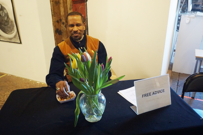 蘇爾在畫展現場,回答民眾對愛滋病的疑問。(記者王若馨/攝影)