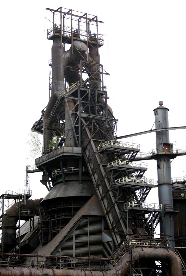 鋼廠內高聳的設備。(美聯社)