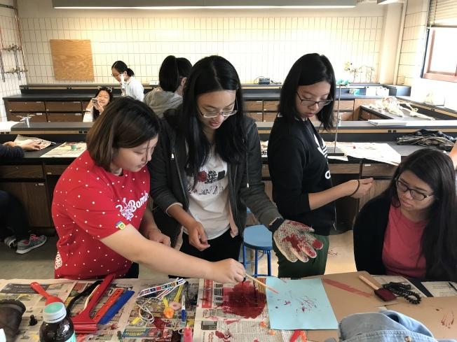 孩子們在鑑識科學營裡,學到初步的鑑識科學知識。(李昌鈺/提供)