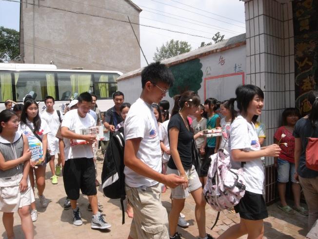 美國中華愛滋病基金會夏令營,讓美國孩子訪問中國愛滋病村。(李尉崧/提供)