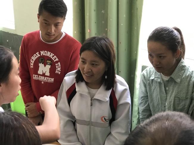 美國孩子訪問中國愛滋病村,看望愛滋孤兒,思想發生大變化。(李尉崧/提供)