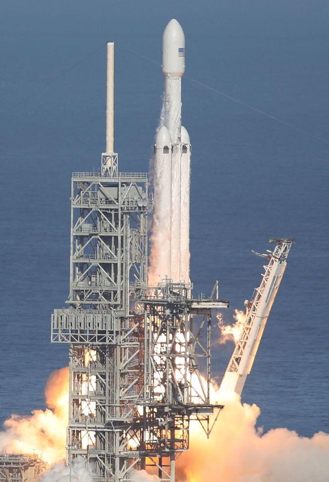 獵鷹重型火箭2月6日搭載特斯拉紅跑車(美聯社示意圖)升空。(Getty Images)