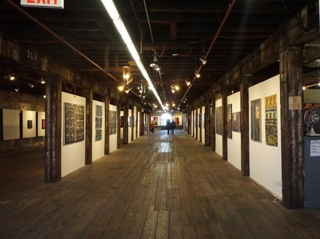 布碌崙濱水藝術家聯盟藝廊舉行「為活下來而畫:1985年至1995年」展覽。(記者王若馨/攝影)