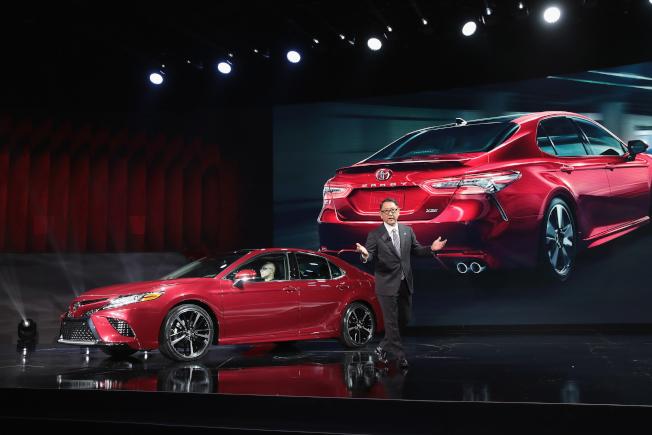 在美熱銷的豐田冠美麗轎車真空泵組件瑕疵召回。圖為豐田主管去年在底特律車展上介紹2018年份這款轎車。(Getty Images)