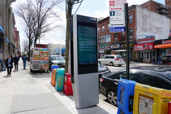 LinkNYC未來幾周將在全市五區增加公車到站時間查詢。(記者林群/攝影)