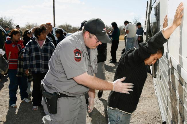 司法部長塞辛斯6日宣布對非法偷渡客的零容忍政策。圖為巴士公司雇用的保安人員在亞利桑納州搜查無證移民。(美聯社)