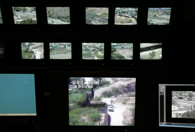 國安部報告指出,今年3月的邊界非法偷渡比去年同期暴增203%。圖為執法人員利用攝像機協助監視亞利桑納州美墨邊界。(美聯社)