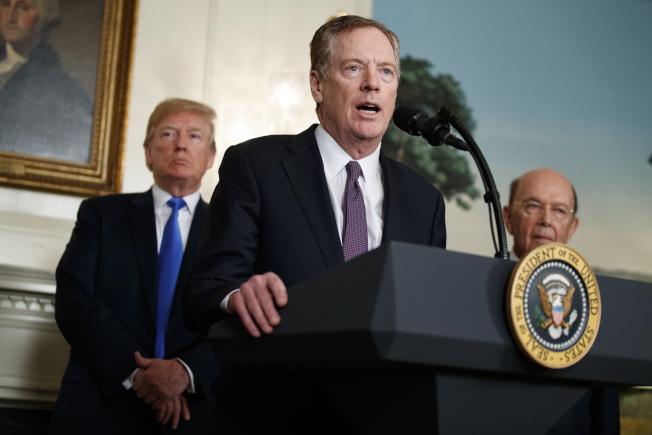 美國貿易代表賴海哲(中)在川普宣布加徵鋼鋁關稅時講話。(美聯社)