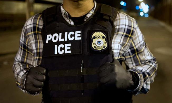 一名便衣移民探员在法院偷听到无证移民和他律师的谈话,移民离开法院后,探员穿上标示ICE的背心将他逮捕。(Getty Images)