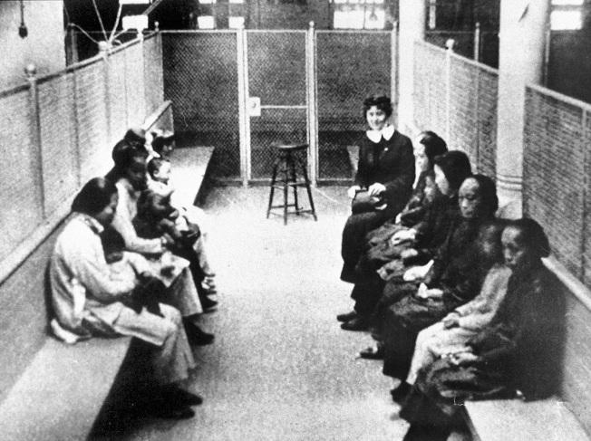 1920年代來自中國和日本的婦女與兒童等待舊金山海關審核。(美聯社)