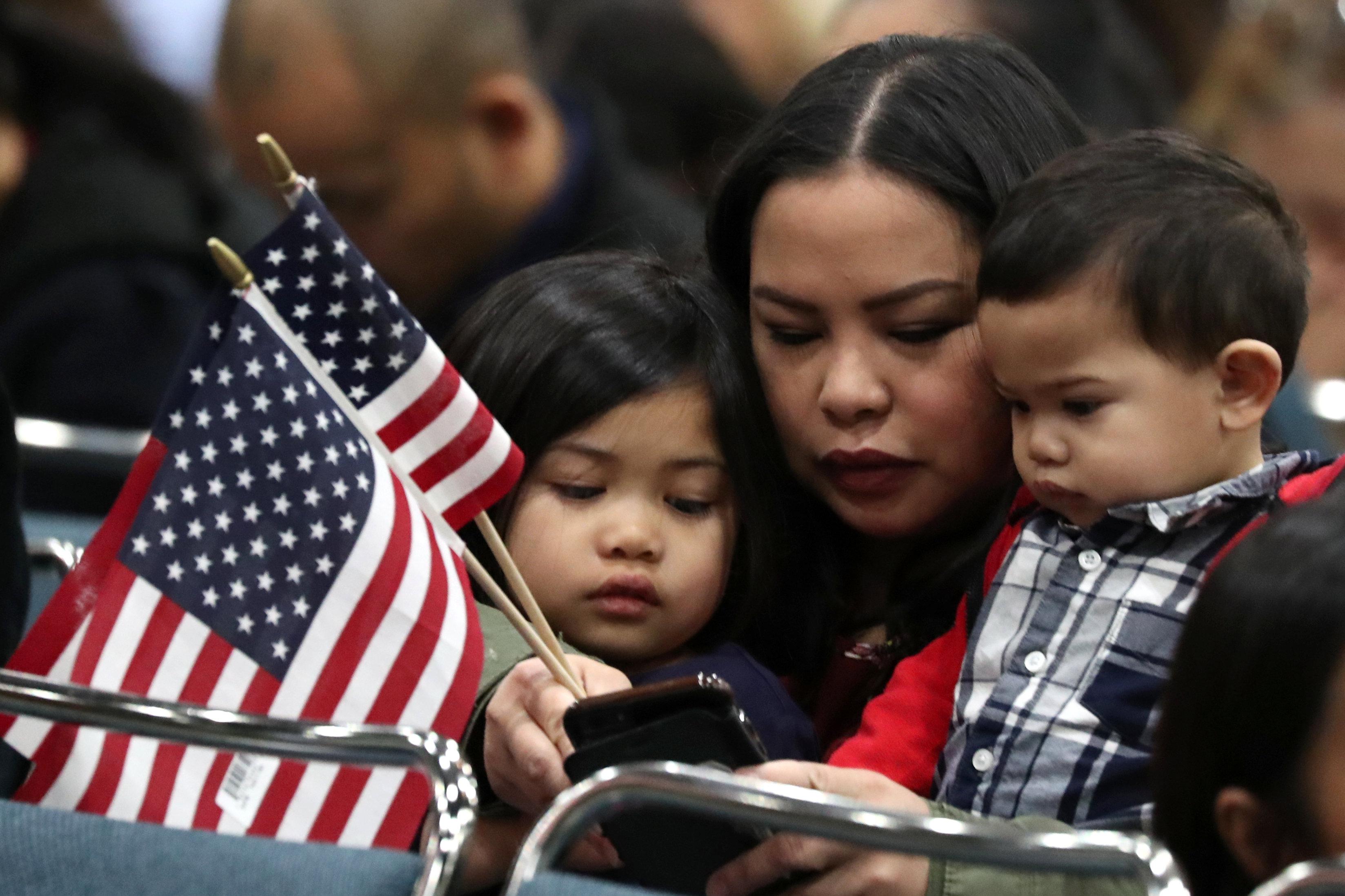 新移民攜子女參加入籍儀式。(美聯社)