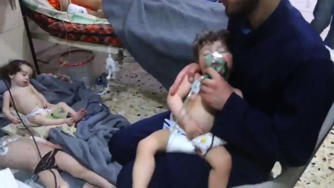 敘利亞反抗軍占領的東古塔地區最大城鎮度瑪鎮遭毒氣攻擊,至少80人喪命,其中許多是幼童。(Getty Imges)