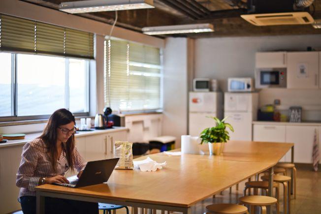 研究發現,職業女性回到家中仍舊分攤大部分的家務而感到疲憊不堪。(Getty Images)