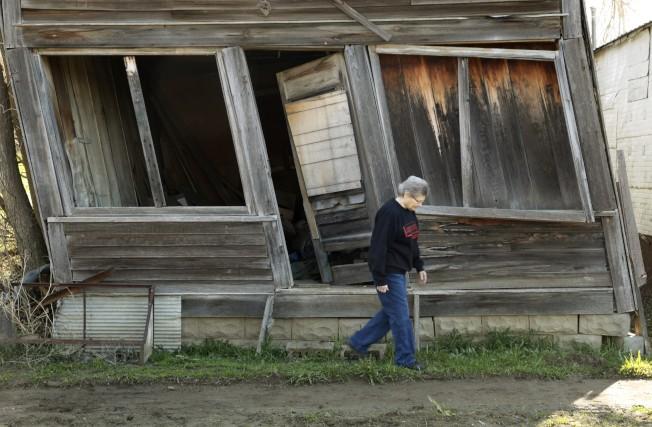 艾勒經過鎮上的快倒塌的房子。(路透)