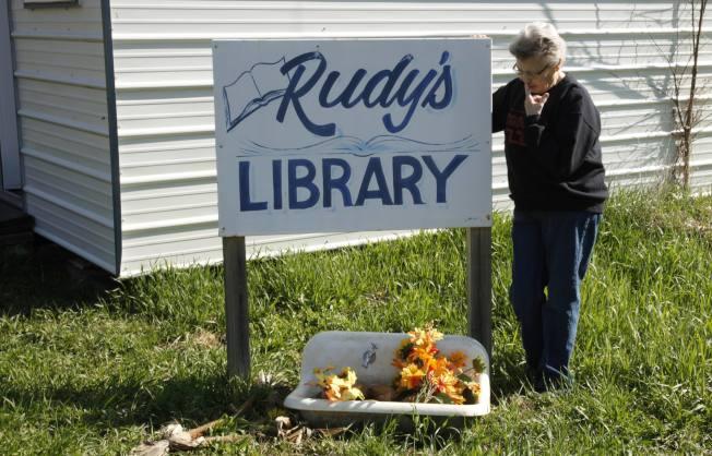 艾勒在盧迪圖書館前擺放鮮花,緬懷摯愛。(路透)