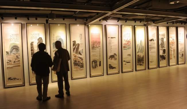 齊白石「山水十二條屏」去年拍出9.315億元人民幣,成為全球最貴中國藝術品。(中通社)