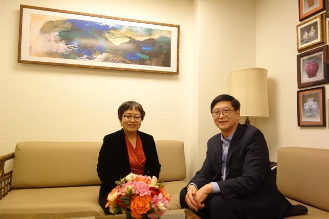 嘉德董事總裁胡妍妍(左)與嘉德紐約辦事處代表何冶純。(陸怡雯/攝影)