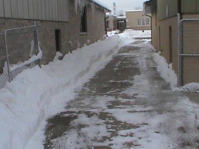 清出雪道,讓車子能開進車房。