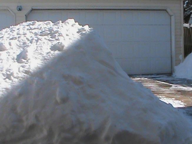 車房前面積雪堆如小山。