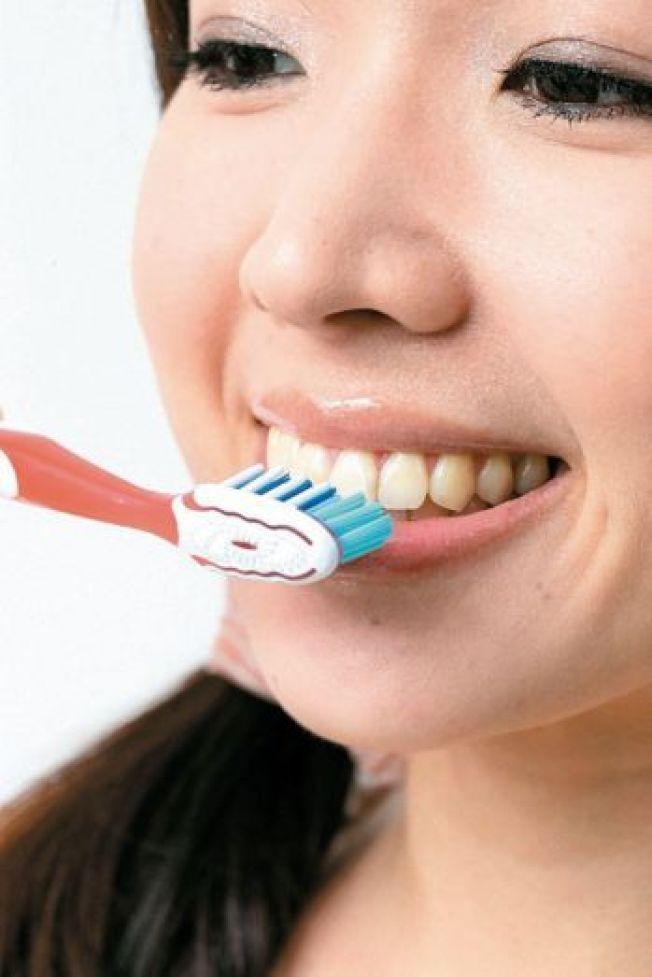 牙醫師提醒,睡前的牙齒清潔比早上的刷牙還重要。(本報資料照片)
