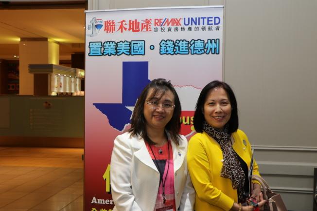 聯禾地產負責人林承靜(左)積極向投資人介紹Katy Asian Town及Brazos Lakes Center兩個適合投資的項目。