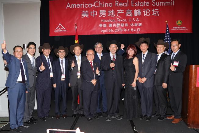 中國房地產業協會的重要成員戴上亞裔地產協會贈送的牛仔帽,在互贈禮物後話別。