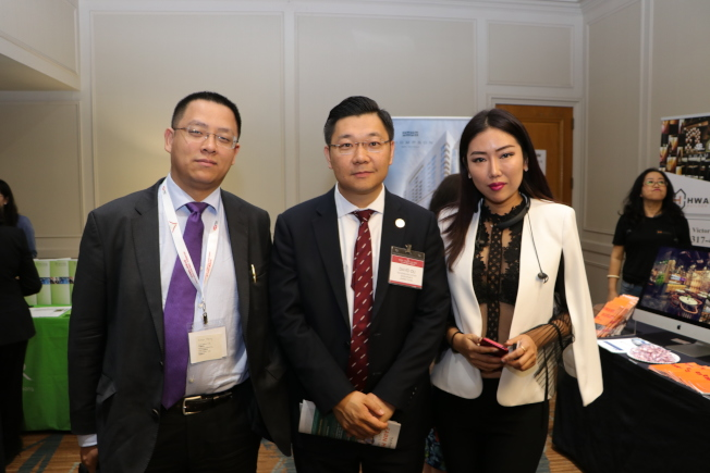 甘肅天慶集團休士頓項目總裁David Du(中),與來賓分享該集團在北美地區的投資成果。右為華美裝修負責人Victoria。