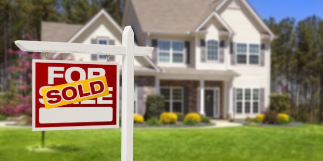 買賣房屋的時候,賣主要求過戶後多住幾天,在所難免;但要是有過戶後賣主滯留的情形,一定要請他的律師扣下一筆相當的金額,用來保證屋主如期交屋。(Getty Images)