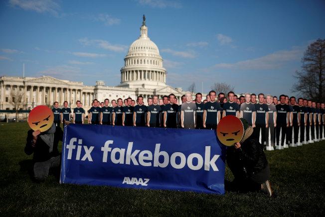 臉書執行長祖克柏11日赴美國國會作證時,國會外有數十個以祖克柏全身像做成的看板,且以「修理假書」諷刺臉書傳播假新聞,要求改善。路透