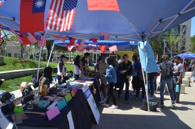 學生們駐足各攤位前,體驗台灣文化。(記者王全秀子/攝影)