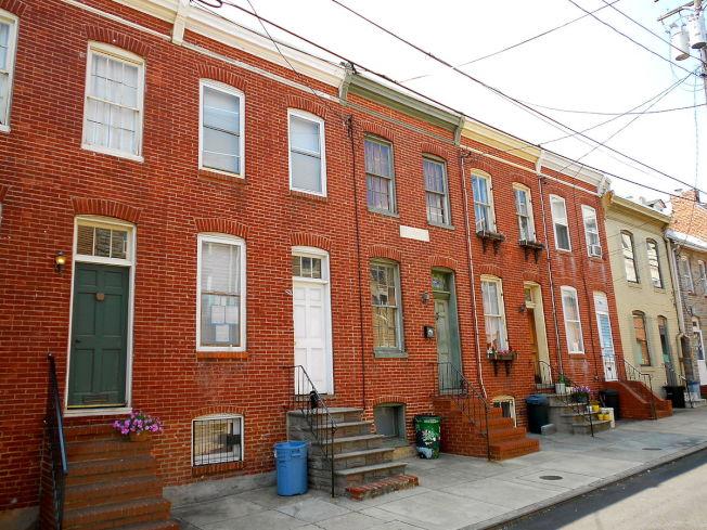 菲爾斯點的「道格拉斯之家」五棟連棟屋是道格拉斯死前三年購下、建成。(維基百科)
