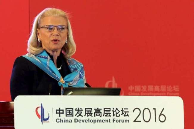 IBM和GE是匹騰吉點名、與中國國企商業合作卻可能傷害美國國防安全的兩大企業。圖是IBM行政總裁羅密提(Ginni Rometty)2016年3月應邀參加中國發展高層論壇主講。(路透)